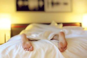 muž v posteli